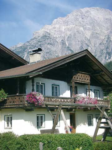 das Ferienhaus Leogang im Sommer vor der atemberaubenden Kulisse der Loferer Steinberge