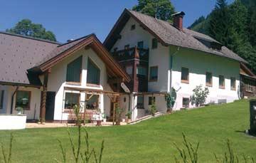 das Ferienhaus Obertauern (rechts) im Sommer.
