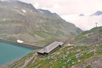 die Skihütte Weißsee Gletscher an einem verregneten Sommertag im Juli 2012