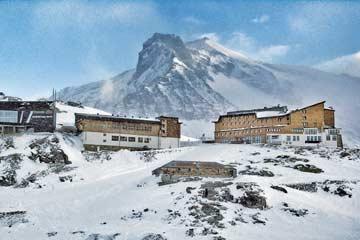 Skihütte Weißsee Gletscher - Skiurlaub auf 2300 m - Höhe! Die Hütte ist in der Bildmitte, darüber die Bergstation der Bbergbahn, rechts das Hotel.