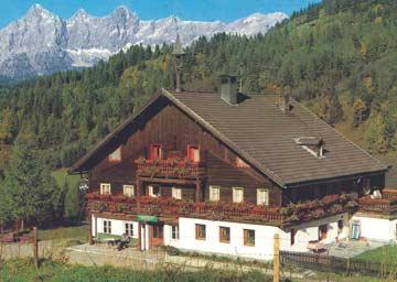 das Haus im Sommer (im Hintergrund der Dachstein)