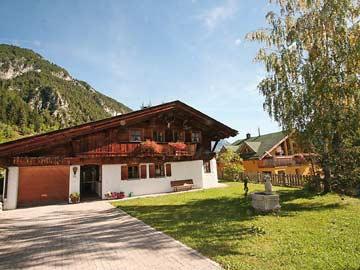 Ferienhaus St. Anton - Außenaufnahme im Sommer