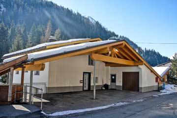 Ferienwohnung in Kappl - Skiurlaub Paznauntal. Hauseingang an der Hausrückseite mit Carport