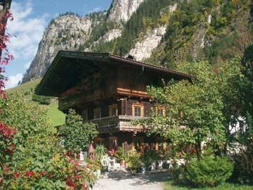Ferienwohnung Mayrhofen 10 Personen - Hausansicht im Sommer