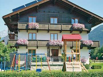 Ferienwohnung Fügen im vorderen Zillertal -(Hausansicht im Sommer)