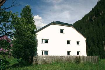 das Ferienhaus Paznaun im Sommer 2011 mit neuer Fassade und neuem Dach