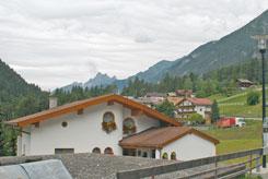 Ferienwohnung am Arlberg (Hausansicht Sommer)