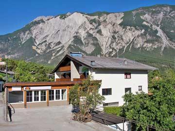 Ferienhaus Ötztal Tirol - mit Discoraum und Heimkino (Hausansicht Sommer)