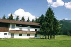 das Ferienhaus Kössen im Sommer (Bäume an der Giebelseite inzwischen gefällt)
