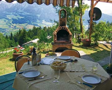 Ferienhaus Egg - Terrasse mit Grill und herrlicher Aussicht im Sommer