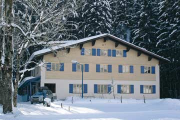 Gruppenhaus im Bregenzerwald im Winter am ortsrand von Au gelegen