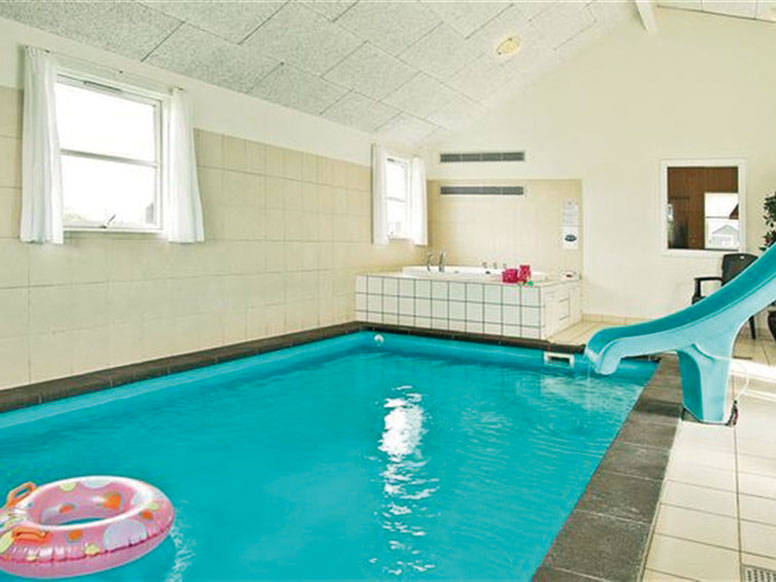 ferienhaus mit indoor pool in marielyst. Black Bedroom Furniture Sets. Home Design Ideas