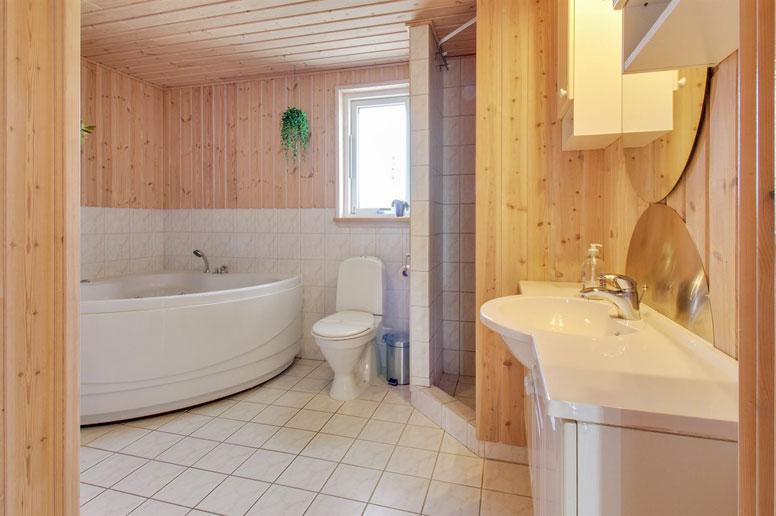 Großes Badezimmer Mit Dusche, WC, Whirlpool Und Zugang Zur Sauna