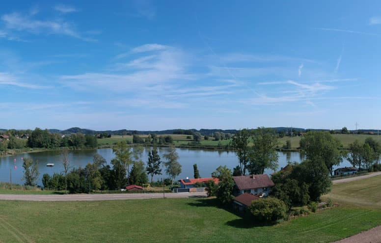 Ferienhaus direkt am Badesee bei Wasserburg (Bildmitte, mit hellrotem Dach)