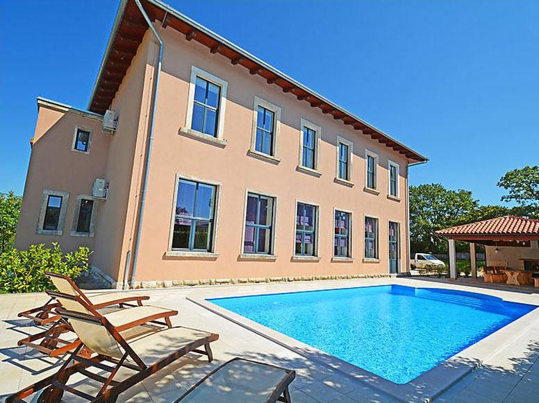 300 m² Ferienhaus mit 9 Schlafzimmern und schönem Pool