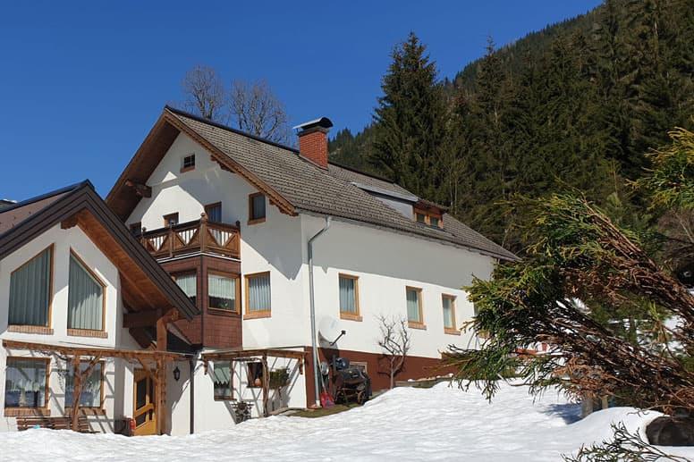Ferienhaus Obertauern - Schneesicherer Skiurlaub in Österreich (rechts das Ferienhaus, links angebaut das Wohnhaus der Hausbesitzerin)