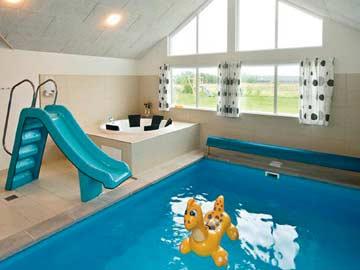 Swimmingpool mit Kinderrutsche