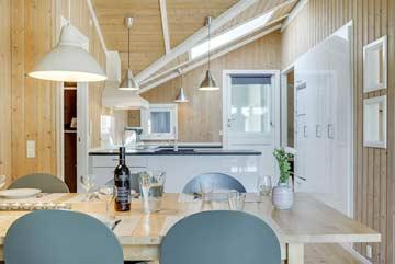 Essplatz und offene Küche im Haus 4