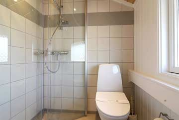 Badezimmer mit Dusche und WC in jedem Ferienhaus