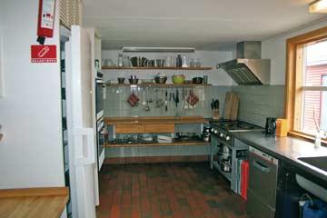 Die sehr gut ausgestattete Küche