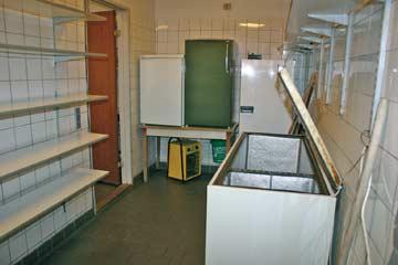 Lagerraum mit Kühlschränken und TK-Truhe