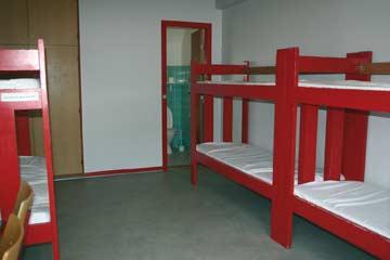 eines der 6-Bett-Zimmer mit DU/WC