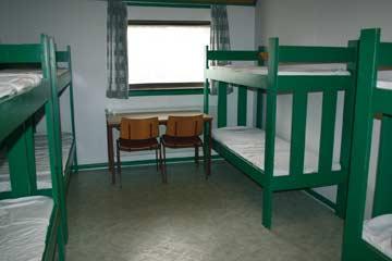 eines der beiden 8-Bett-Zimmer