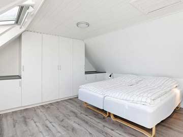 Schlafzimmer mit zwei Einzelbetten nebeneinander