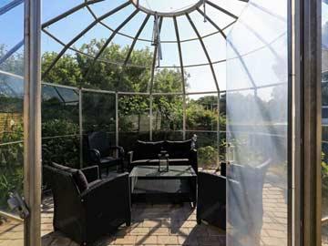 Möblierter Gartenpavillon