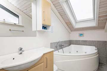 Badezimmer mit Whirlwanne