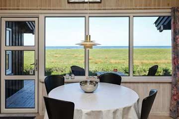 Esstisch mit Blick auf die Ostsee