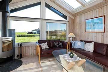 Wohnbereich mit Sofa und Schwedenofen