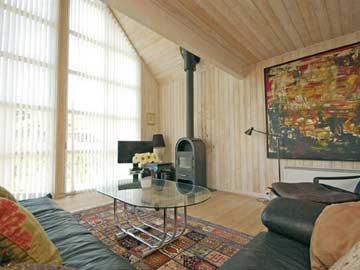 Wohnzimmer mit Kaminofen und TV