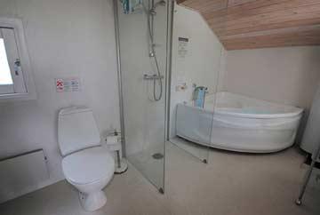großes Badezimmer mit Whirlpool-Badewanne, Dusche, WC und Badewanne