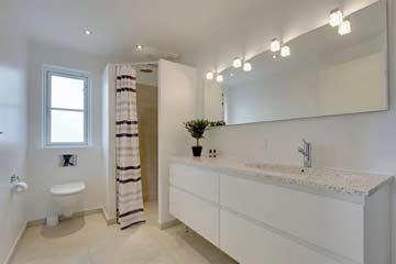 Badezimmer mit Dusche und WC im EG