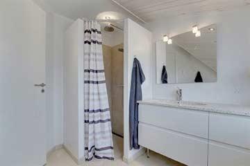 Badezimmer mit Dusche und WC im DG