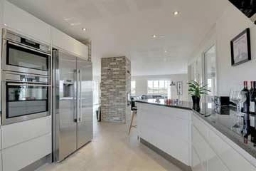 offene, moderne Küche mit neuwertiger Ausstattung