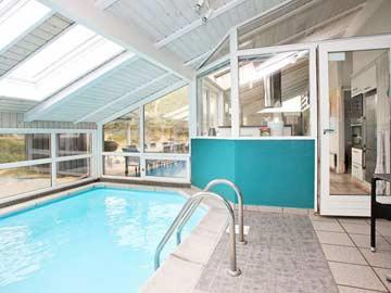 privates Schwimmbad im Haus