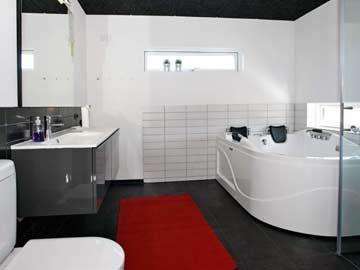 Badezimmer mit Dusche und Whirlwanne