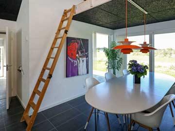 Esstisch und Leiter zur Galerie