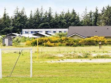 Fußballtore und Beachvolleyballplatz