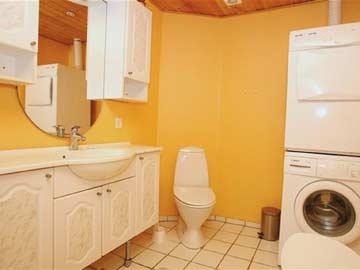 Badezimmer mit Waschmaschine und -trockner