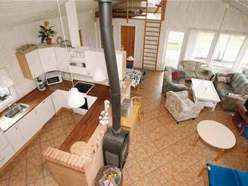 Wohnbereich (noch mit alter Möblierung) mit offener Küche