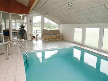 5,5 m x 3 m großer Pool im Wellnessbereich