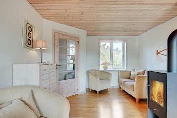 großes Wohnzimmer mit Kaminofen und TV im OG
