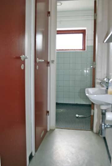 Sanitärraum für die Gruppenleitung mit 2 WC und Dusche