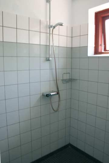 Dusche im Sanitärraum für die Gruppenleitung