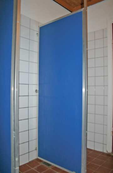 Duschen in einem der beiden Sanitärräume für die Teilnehmer