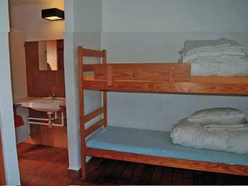 eines der 4-Bett-Zimmer mit fl. Wasser