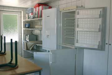 Die sehr gut ausgestattete Gruppenküche mit mehreren Kühlschränken